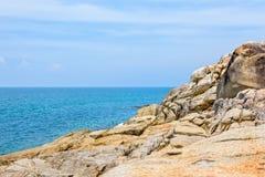 Costa costa y mar de las rocas en Koh Samui Foto de archivo libre de regalías