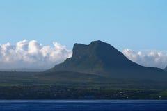 Costa y montaña de mar mauritius Foto de archivo