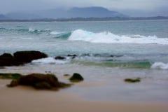 Costa y ondas que se estrellan Foto de archivo libre de regalías