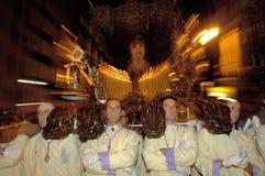 Costaleros, das ein Tronos während Semana Sankt trägt stockbild