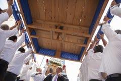 Costaleros rinçant un flotteur pendant le jour de résurrection Photos stock
