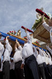 Costaleros rinçant un flotteur pendant le jour de résurrection Photographie stock libre de droits