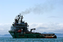 Costante sciccosa del grande rimorchiatore all'ancora nelle strade Baia del Nakhodka Mare orientale (del Giappone) 01 06 2012 Fotografia Stock Libera da Diritti