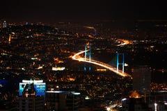 Costantinopoli alla notte, alle iluminazioni pubbliche ed al ponte Fotografia Stock