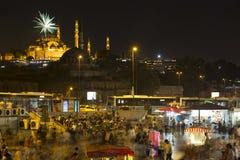 Costantinopoli ha chiamato Eminonu, fuochi d'artificio con twiligh Fotografie Stock Libere da Diritti