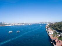 Costantinopoli il Bosforo e ponte del sehitler di 15 Temmuz con le costruzioni laterali del europue e dell'Asia Fotografie Stock Libere da Diritti