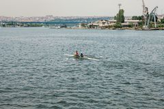Costantinopoli, il 17 giugno 2017: Gli atleti un uomo e una donna in un kajak galleggiano sul Bosphorus Lavoro di squadra o prepa Immagine Stock