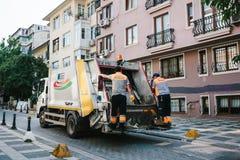 Costantinopoli, il 14 giugno 2017: Raccolta dei rifiuti sulla via nella parte asiatica della città nel distretto di Kadikoy Fotografia Stock Libera da Diritti