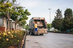 Costantinopoli, il 14 giugno 2017: Raccolta dei rifiuti sulla via nella parte asiatica della città nel distretto di Kadikoy Immagini Stock