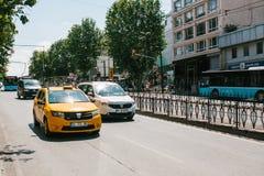 Costantinopoli, l'11 giugno 2017: Un taxi giallo tradizionale guida sulla via nel distretto di Fatih di Costantinopoli, Turchia U Immagini Stock Libere da Diritti