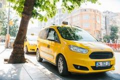 Costantinopoli, l'11 giugno 2017: Un taxi giallo tradizionale sulla via nel distretto di Fatih di Costantinopoli, Turchia Vita ur Fotografie Stock Libere da Diritti