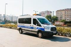 Costantinopoli, l'11 luglio 2017: Un volante della polizia sulla via nell'area di Aksaray a Costantinopoli, Turchia Protezione di Fotografie Stock Libere da Diritti