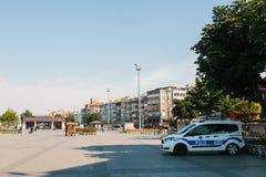 Costantinopoli, l'11 luglio 2017: Un volante della polizia sulla via nell'area di Aksaray a Costantinopoli, Turchia Protezione di Immagine Stock Libera da Diritti