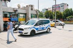 Costantinopoli, l'11 luglio 2017: Un volante della polizia sulla via nell'area di Aksaray a Costantinopoli, Turchia Protezione di Immagine Stock