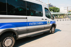 Costantinopoli, l'11 luglio 2017: Un volante della polizia sulla via nell'area di Aksaray a Costantinopoli, Turchia Protezione di Fotografie Stock