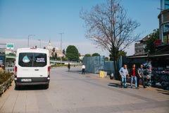 Costantinopoli, l'11 luglio 2017: Un volante della polizia sulla via nell'area di Aksaray a Costantinopoli, Turchia Protezione di Fotografia Stock Libera da Diritti