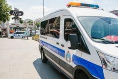 Costantinopoli, l'11 luglio 2017: Un volante della polizia sulla via nell'area di Aksaray a Costantinopoli, Turchia Protezione di Immagini Stock Libere da Diritti