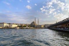 COSTANTINOPOLI, TURCHIA - 23 agosto 2015: Ponte e Yeni Cami di Galata Fotografie Stock Libere da Diritti