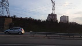 Costantinopoli, Turchia - 19 febbraio 2017: Vista laterale di una strada principale dall'automobile veloce archivi video