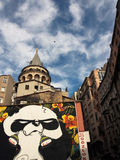 Costantinopoli, Turchia - 24 gennaio 2015: Gigante Panda Graffiti e la torre di Galata a Costantinopoli Fotografia Stock Libera da Diritti