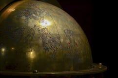 Costantinopoli, TURCHIA, il 20 settembre 2018 Frammento di un globo bronzeo antico con l'immagine delle costellazioni e mitologic fotografie stock