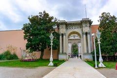 Costantinopoli, Turchia - 8 luglio 2018 Il portone di Ministero del Tesoro del palazzo di Dolmabahce, situato nel distretto di Be immagine stock