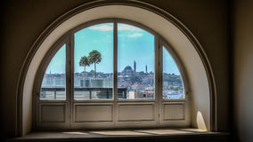 Costantinopoli, Turchia - 13 marzo 2013: Breve vista di Eminonu e di Horn dorato da una finestra Fotografia Stock