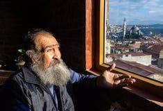 Costantinopoli, Turchia 09-November-2018 Ritratto di un uomo turco barbuto anziano che guarda attraverso la finestra immagine stock