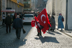 Costantinopoli, Turchia - 4 novembre 2015: L'uomo anziano vende le grandi bandiere turche sulle vie di Costantinopoli Fotografia Stock Libera da Diritti