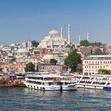 Costantinopoli, Turchia Paesaggio urbano con le navi passeggeri Immagini Stock Libere da Diritti