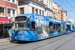 COSTANTINOPOLI, TURCHIA - 2 settembre 2017 Al commovente del tram moderno blu Fotografia Stock