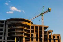 COSTANZA, ROMANIA - 21 AGOSTO 2010 Costruzione della casa di palazzo multipiano sul lago Immagine Stock