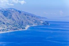 Costas de la montaña y playas sicilianas en y alrededor del taormina fotos de archivo libres de regalías