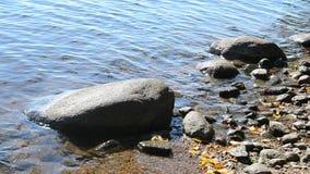 Costas de um lago com rocha vídeos de arquivo