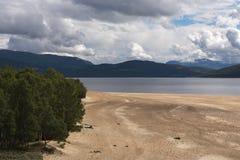 Costas do lago Gjevilvatnet, montanhas de Trollheimen, Noruega imagens de stock royalty free
