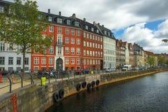 Costas pitorescas dos canais na cidade Copenhaga, Dinamarca Imagem de Stock