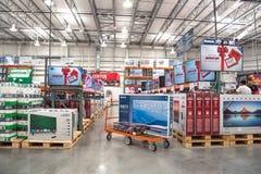 Costco-Großhandel mit Reihe der Großleinwand, intelligente Fernsehanzeige Lizenzfreie Stockfotografie