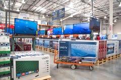 Costco-Großhandel mit Reihe der Großleinwand, intelligente Fernsehanzeige Stockbild