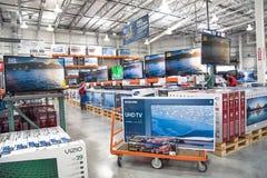Costcogroothandel met rij van het grote scherm, slimme TVs-vertoning Royalty-vrije Stock Afbeelding