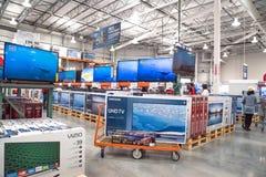 Costcogroothandel met rij van het grote scherm, slimme TVs-vertoning Stock Foto