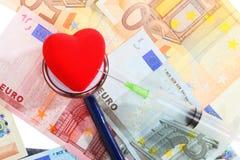 Coste de atención sanitaria: corazón rojo del estetoscopio en el dinero euro Imagen de archivo libre de regalías