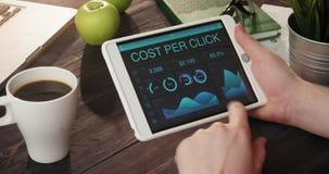 Coste de la supervisión por expedientes del tecleo usando la tableta digital almacen de metraje de vídeo