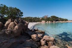 Coste del esmerald de Cerdeña de la bahía de Capriccioli imágenes de archivo libres de regalías
