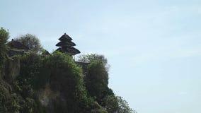 Costee en el templo de Uluwatu en el día soleado Bali, Indonesia almacen de video