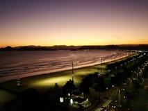 Costee la vista del ciity de Santos en el Brasil Foto de archivo
