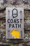 Costeggi il segno del percorso, rifornisca Fleming, Devon, formato di ritratto verticale BRITANNICO Fotografie Stock Libere da Diritti