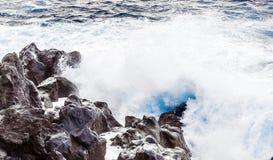 Costeie com as pedras do fluxo vulcânico e do oceano fotografia de stock