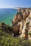 Costeie com os penhascos em Lagos no Algarve em Portugal Foto de Stock Royalty Free