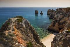 Costeie com os penhascos em Lagos no Algarve em Portugal Fotografia de Stock Royalty Free