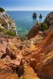 Costeie com os penhascos em Lagos no Algarve em Portugal Fotos de Stock Royalty Free